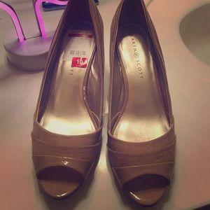 NWT Karen Scott cute tan short heels size 10